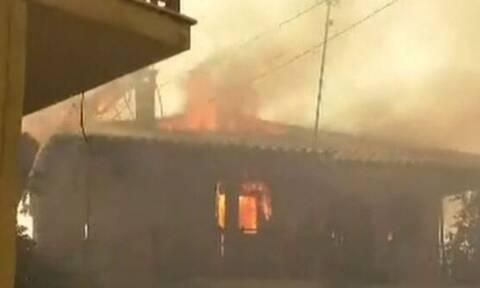 Δημοσιογράφος εκλιπαρούσε πολίτες στα Καυκάνια να βγουν από φλεγόμενο σπίτι (vid)