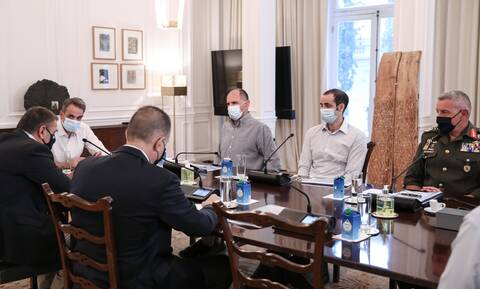 Σύσκεψη στο Μαξίμου: Αποφασίστηκε η περαιτέρω συνδρομή των Ενόπλων Δυνάμεων στις πυρκαγιές