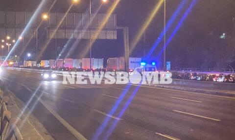 Φωτιά ΤΩΡΑ: Εγκλωβισμένοι οδηγοί στην Εθνική Οδό – Τους γυρίζουν πίσω σε Καλυφτάκη και Οινόφυτα