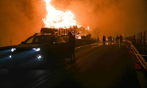 Φωτιά Τώρα: Καίγονται σπίτια σε Ιπποκράτειο Πολιτεία και Αφίδνες