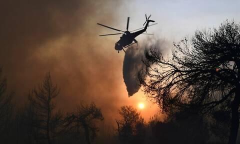 Φωτιά στην Ηλεία: Ξεκίνησαν τις ρίψεις τα εναέρια μέσα
