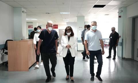 Στο ΚΑΤ η Σακελλαροπούλου - Επίσκεψη στους τραυματίες δασοπυροσβέστες