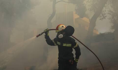 Φωτιά στην Αττική: Ολοκληρώθηκε η διακομιδή του τραυματία πυροσβέστη στο 251 ΓΝΑ από την Πάρνηθα