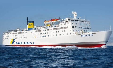 Το πλοίο «Πρέβελης» προσέκρουσε στο λιμάνι της Ανάφης – Ταλαιπωρία για 395 επιβάτες