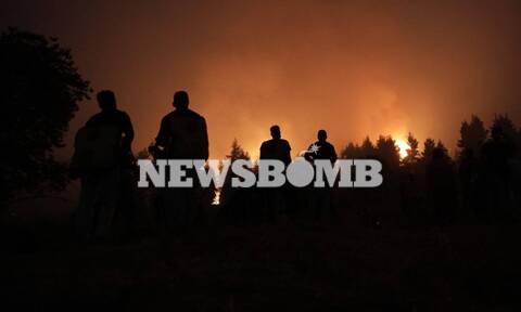 Εύβοια - Νύχτα αγωνίας στις Καματριάδες: Ανθρώπινο «τείχος» για να μην περάσει στο χωριό η φωτιά