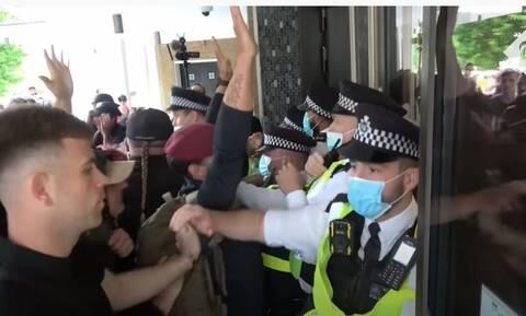 Λονδίνο: Έφοδος αντιεμβολιαστών στο BBC -«Ντροπή σας» φώναζε το πλήθος στους δημοσιογράφους