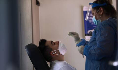 Κορονοϊός: Με 2 τεστ την εβδομάδα και δικά τους έξοδα οι ανεμβολιαστοί σε δημόσιο και ιδωτικό τομέα