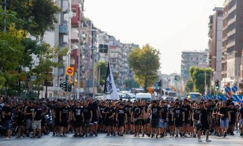 Θεσσαλονίκη: Μεγάλη πορεία οπαδών του ΠΑΟΚ κατά υποχρεωτικού εμβολιασμού και κυβέρνησης