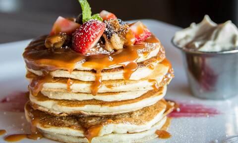 Δες πώς θα φτιάξεις πεντανόστιμα pancakes με 3 μόνο υλικά