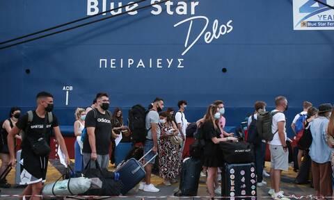 Αναχωρήσεις αδειούχων από το λιμάνι του Πειραιά: Μεγάλη πληρότητα στα πλοία και εντατικοί έλεγχοι