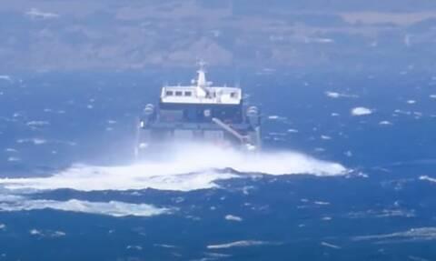 Η εντυπωσιακή μάχη του Sifnos Jet με τα κύματα - Ισχυροί βοριάδες στο Αιγαίο