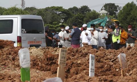 «Καλπάζει» ο κορονοϊός στην Ινδονησία: 1.222 νέοι θάνατοι και σχεδόν 20.813 κρούσματα σε 24 ώρες