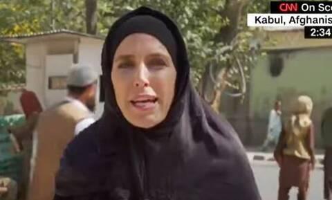 Αφγανιστάν: Viral η δημοσιογράφος του CNN που άλλαξε αμφίεση για να προσαρμοστεί στην εποχή Ταλιμπάν