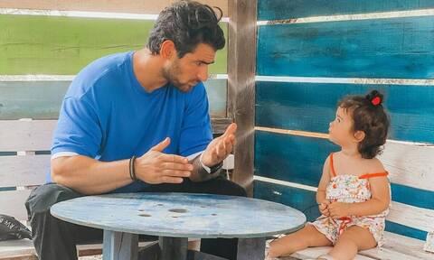 Ετεοκλής Παύλου: Κρατά την κόρη του από το χέρι και στέλνει ένα ηχηρό μήνυμα