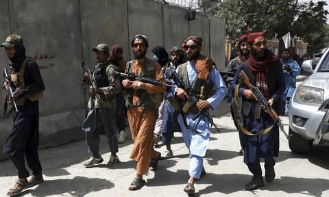 Αφγανιστάν: Δραματικές σκηνές έξω από το αεροδρόμιο της Καμπούλ - «Βοήθεια έρχονται οι Ταλιμπάν»