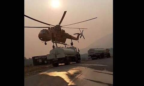 Φωτιά στα Βίλια: Ελικόπτερο ανεφοδιάζεται από βυτιοφόρο – Εντυπωσιακό βίντεο