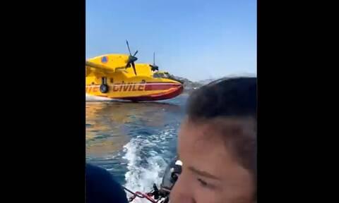 Βίντεο που κόβει την ανάσα: Καναντέρ παίρνει νερό ξυστά από ταχύπλοο στη Γαλλία