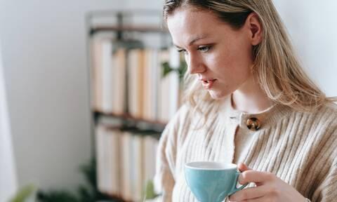 Έτσι θα εξαφανίσετε τον λεκέ από καφέ στα ρούχα