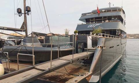 Σύρος: Η θαλαμηγός «007» που κεντρίζει τα βλέμματα – Φτιάχτηκε στην Τουρκία (pics)