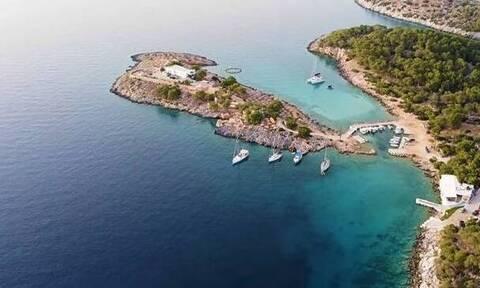 Η μοναχική νησίδα Κυρά του Σαρωνικού που βρίσκεται στη «σκιά» του Αγκιστρίου