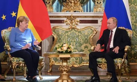 Συνομιλίες Μέρκελ- Πούτιν στη Μόσχα: Αφγανιστάν, Λιβύη, Ουκρανία και Λευκορωσία στην ατζέντα