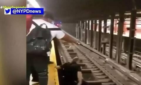 Νέα Υόρκη: Αγωνιώδης διάσωση 60χρονου άντρα που έπεσε στις ράγες του τρένου από αστυνομικό