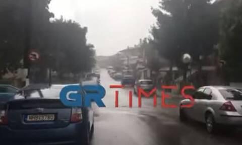 Αγρίεψε ο καιρός: «Άνοιξαν οι ουρανοί» στο Ωραιόκαστρο - Δυνατή καταιγίδα και στη Θεσσαλονίκη