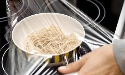 Έρευνα: Επικίνδυνα πλαστικά βρίσκονται μέσα στην τροφή μας!
