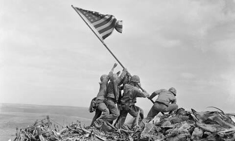 Οι Ταλιμπάν «βεβήλωσαν» εμβληματική αμερικανική φωτογραφία του Β' Παγκοσμίου Πολέμου