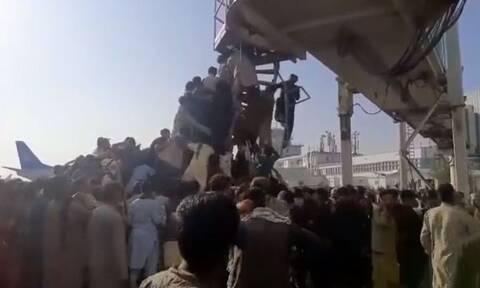 Αφγανιστάν: Εικόνες απόγνωσης στο αεροδρόμιο της Καμπούλ - Στέλνει κι άλλα αεροσκάφη ο Μπάιντεν