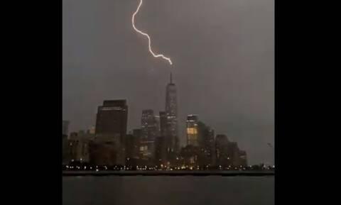 ΗΠΑ: Η τροπική καταιγίδα Χένρι έπληξε τις ανατολικές ακτές - Κεραυνός χτύπησε το Κέντρο Εμπορίου