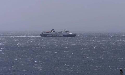 Τήνος: Πλοίο έδεσε στο λιμάνι με ανέμους άνω των 10 μποφόρ (video)