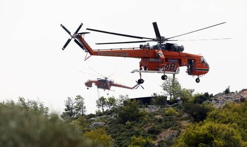 Σε ύφεση η φωτιά στα Βίλια: Ρίψεις νερού από ένα ελικόπτερο και δύο αεροσκάφη