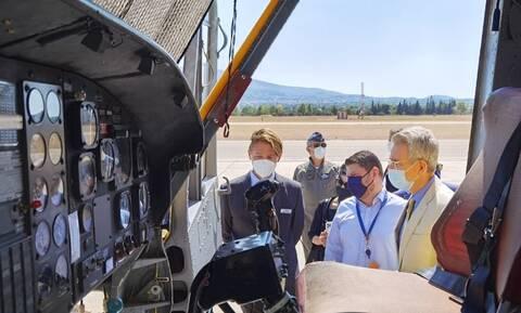 Δεκέλεια: Επίσκεψη Χαρδαλιά και Πάιατ στους πιλότους των ελικοπτέρων πυρόσβεσης