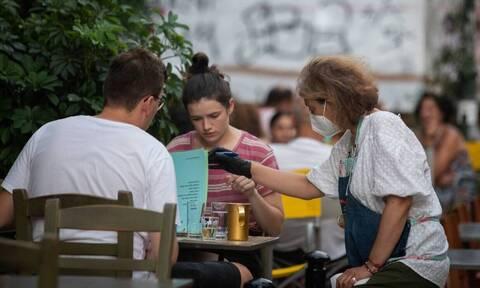 Невакцинированных граждан Греции обязали тестироваться на коронавирус 1-2 раза в неделю