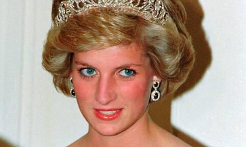 Έξι ημέρες πριν την ημερομηνία θανάτου της Diana, η επίσημη αφίσα της ταινίας Spencer συγκινεί