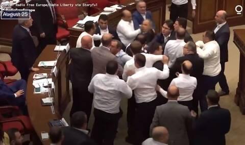 Αρμενία: Η Βουλή μετατράπηκε σε... ρινγκ με άγριο ξύλο μεταξύ βουλευτών