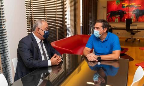 Συνάντηση Τσίπρα – Χατζηθεοδοσίου: «Ο ΣΥΡΙΖΑ δίπλα σε επιχειρήσεις και εργαζόμενους