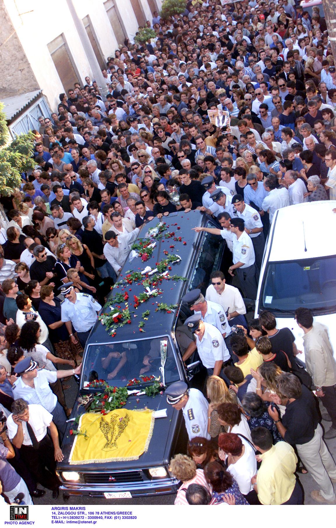 Πλήθος κόσμου στην κηδεία του Στέλιου Καζαντζίδη