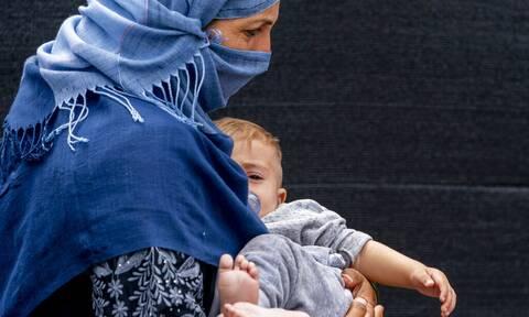 Αφγανή γέννησε την κόρη της μόλις έφτασε στην Ιταλία - Ο άνδρας της εκτελέσθηκε από τους Ταλιμπάν