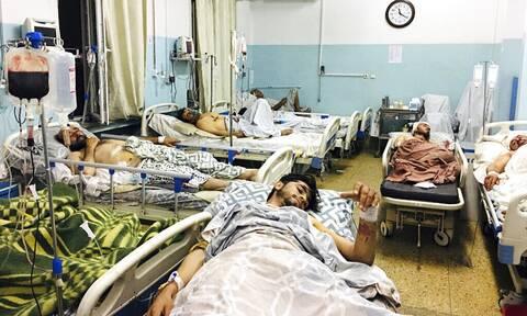 Διπλή επίθεση αυτοκτονίας του ΙΚ στην Καμπούλ με δεκάδες νεκρούς – Μπάιντεν: «Θα σας κυνηγήσουμε»