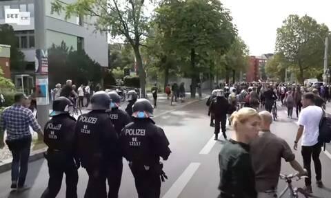 Γερμανία: Σκληρές συγκρούσεις μεταξύ διαδηλωτών και αστυνομικών για τα μέτρα της πανδημίας