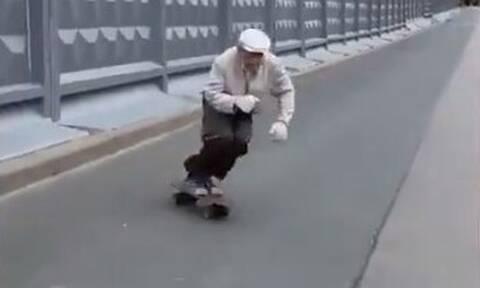 Σκέιτερ 73 ετών… ρολάρει στους δρόμους της Αγίας Πετρούπολης και γίνεται viral