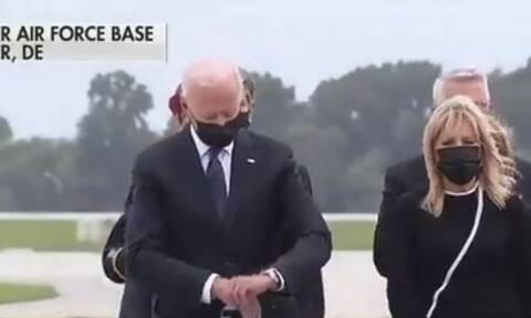 Σάλος με τον Μπαίντεν να κοιτά το ρολόι του στην τελετή για τους νεκρούς Αμερικανούς στο Αφγανιστάν