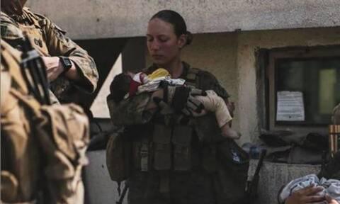 Συγκίνηση για την πεζοναύτη που κρατούσε ένα μωρό στην αγκαλιά πριν σκοτωθεί στην έκρηξη της Καμπούλ