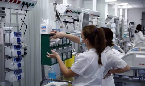 Εκτός «μάχης» βγαίνουν οι ανεμβολίαστοι υγειονομικοί: Το σχέδιο του υπουργείου Υγείας