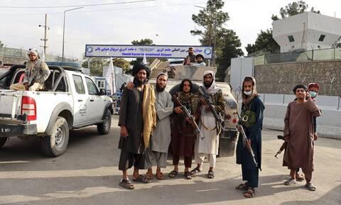 Αφγανιστάν: Οι Ταλιμπάν παρελαύνουν στο αεροδρόμιο της Καμπούλ μετά την αποχώρηση των ΗΠΑ