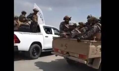 Λάφυρα πολέμου: Ταλιμπάν με αμερικανικές στολές στην Καμπούλ