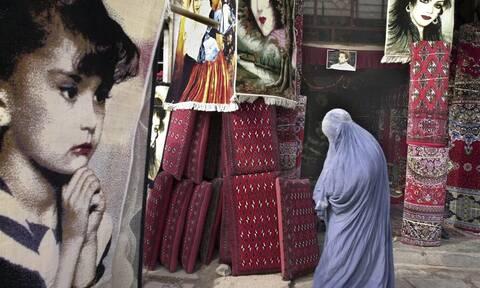 ΔΧΣ: Οι Ταλιμπάν «φιμώνουν» τις γυναίκες δημοσιογράφους και μαζί όλες τις γυναίκες του Αφγανιστάν