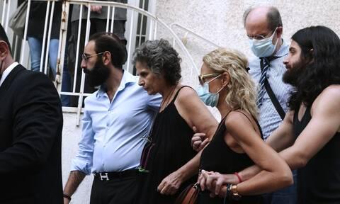 Συγκίνηση για τον θάνατο του Μίκη Θεοδωράκη - Πλήθος κόσμου συγκεντρώθηκε έξω από το σπίτι του